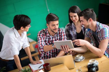 카페에서 회의에 학생 그룹 스톡 콘텐츠