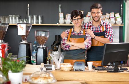 若いビジネス所有者働くコーヒー ショップ 写真素材