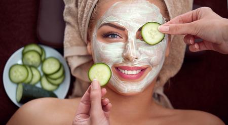usmívající se dívka s kosmetickou maskou, přírodní krása pochází z přírodních surovin