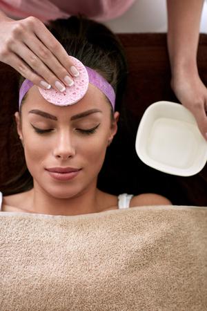 pulizia viso: Giovane bella donna che riceve un trattamento di pulizia del viso in salone di bellezza Archivio Fotografico