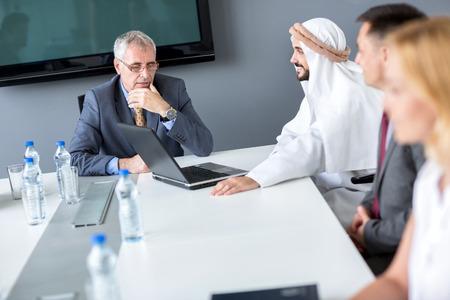 negocios internacionales: Director y socio de Arabia en la reunión en la compañía