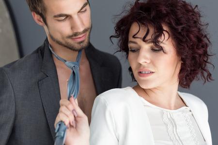 Atractiva mujer joven vampiro provocar arrastrando la corbata Foto de archivo