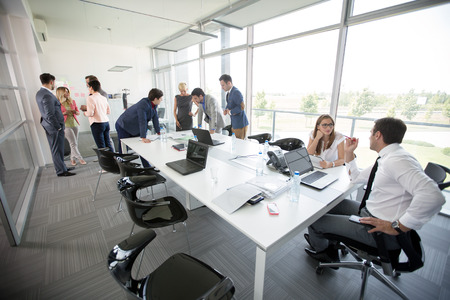 ビジネス会議にのんびりと議論のビジネス人々