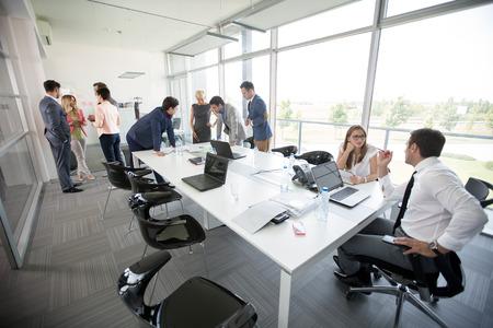 ontspannen mensen discussie uit het bedrijfsleven op zakelijke bijeenkomst