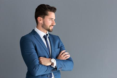 Elegant mannelijk model kijkt in afstand, zijprofielbeeld