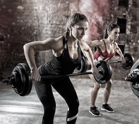 pesas: culturistas jóvenes tienen entrenamiento con pesas Foto de archivo