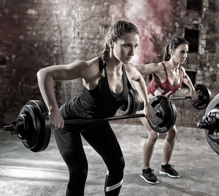 lifestyle: jonge bodybuilders hebben training met domoor Stockfoto
