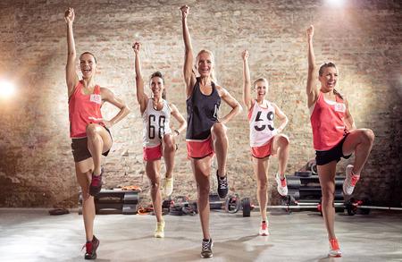 grupo de personas: Grupo de gente joven del entrenamiento deportivo en conjunto, el concepto de deporte y estilo de vida