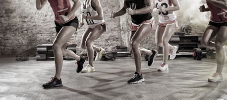 фитнес: Группа веселых и позитивных женщин на тренировочном классе в позе запуска
