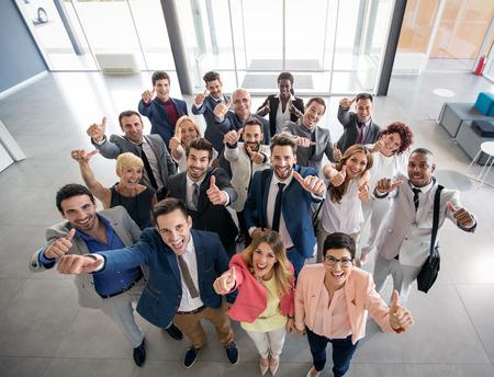 ビジネスの方々 の笑顔を親指の肖像画