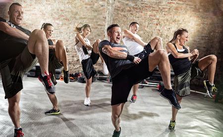 patada: Los jóvenes que hacen ejercicio de cuadro de patada