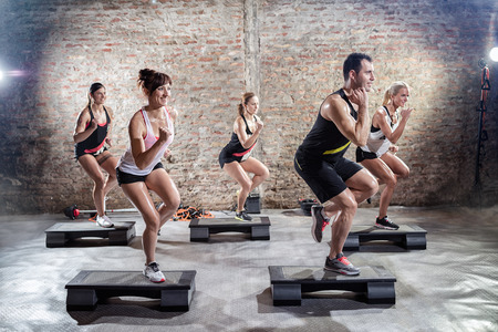 gimnasia aerobica: Grupo de personas en el entrenamiento aeróbico