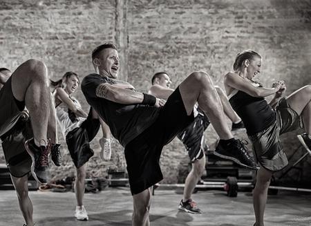 patada: grupo de personas que practican la patada, la clase de entrenamiento Foto de archivo
