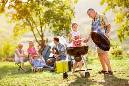 캠핑에 할아버지와 손녀 만들기 바베큐 스톡 콘텐츠