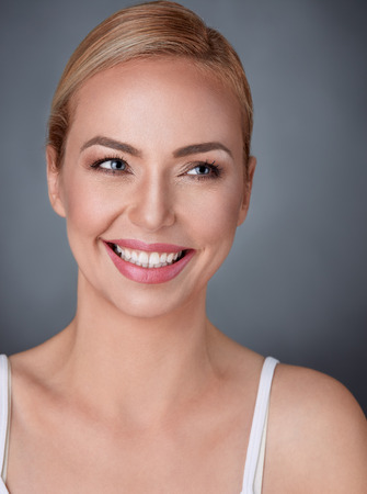 ゴージャスな笑顔と美しい女性