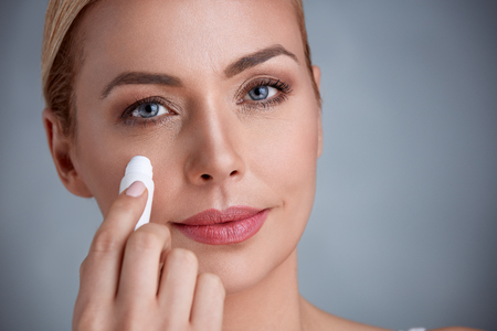 Frau entfernen dunkle Ringe unter den Augen Standard-Bild
