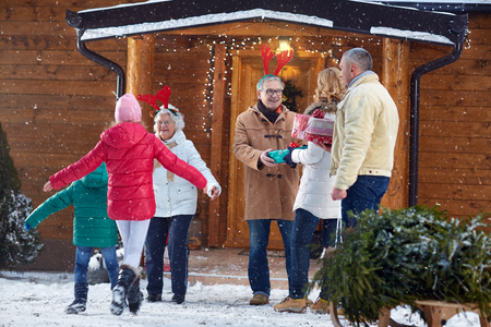 クリスマスのお祝いのための家族を歓迎します。
