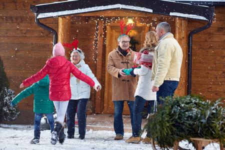 diciembre: la familia de bienvenida para la celebración de Navidad Foto de archivo