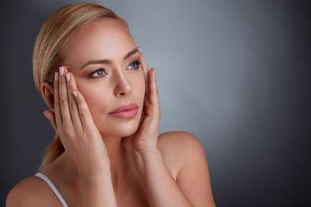 Frau Haut auf Gesicht Anziehen zu machen Sie jünger aussehen, mittleres Alter und Altern Standard-Bild - 65326643