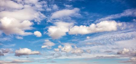 fondos azules: Nubes blancas en el cielo azul Foto de archivo