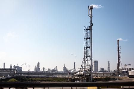 adentro y afuera: instalaciones petroleras en la zona industrial de faldas