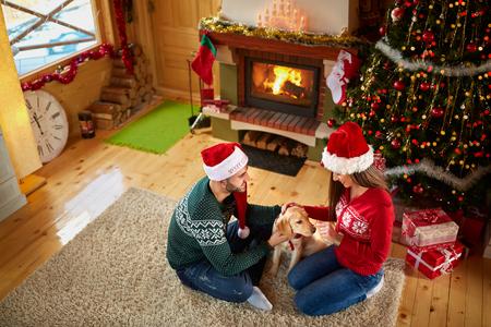 femme romantique: Couple amoureux de la belle chiot pour Noël Banque d'images
