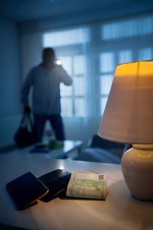 強盗や泥棒の家にバッグ