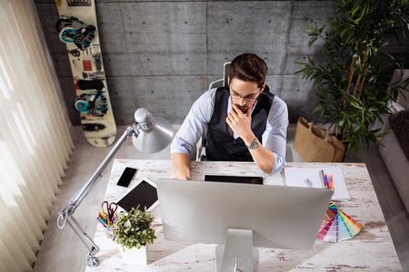 Freelance ontwikkelaar en ontwerper die op computer werkt Stockfoto