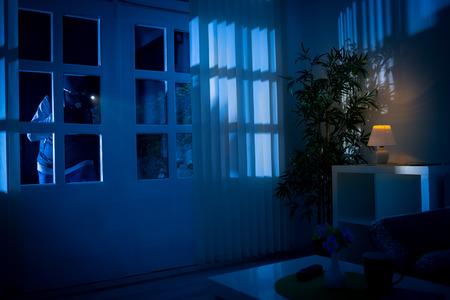 Einbrecher bricht in Haus durch die Hintertür Standard-Bild - 66748864