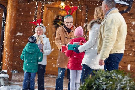 Abuelos felices en la reunión de la familia de vísperas de Navidad