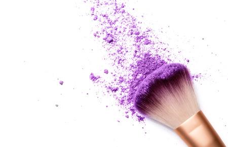 schaduwen en make-up borstel op wit wordt geïsoleerd