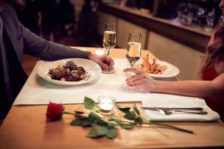 Cena romántica para la pareja en el amor-concepto