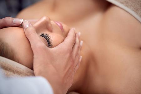 pulizia viso: Giovane bella donna con massaggio al viso