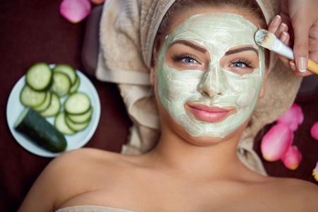 健康な皮膚、美しい女性の顔に自然なマスクの注意が必要