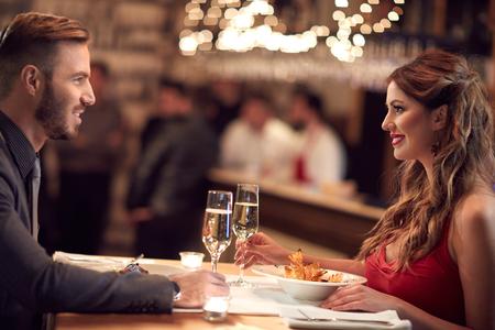 저녁 식사와 함께 레스토랑에서 여성과 남성이 함께 즐긴다.