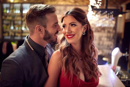 donna innamorata: Bel uomo e donna attraente in amore dentro alla sera
