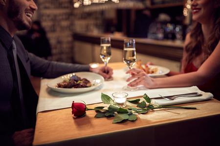 カップルがレストランでロマンチックな夜を持っています。