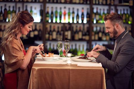 Cena per due, coppia nel famoso ristorante Archivio Fotografico - 70476516