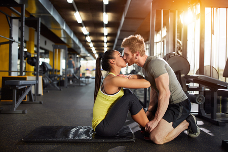 cuerpo hombre: Kiss from fitness partner as prize for well done exercise
