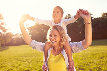 幸せママと自然に肩に女性子