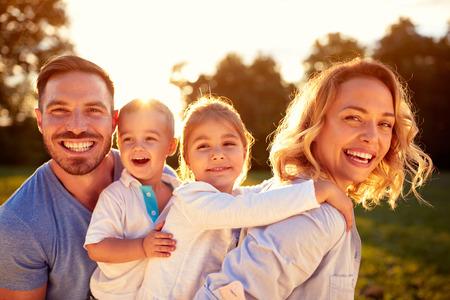 男性と女性の子供と幸せな家庭