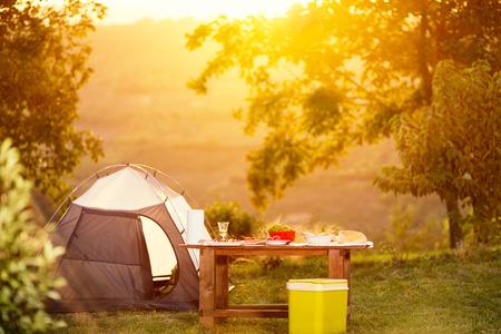 休暇で家族のテーブルをキャンプ 写真素材