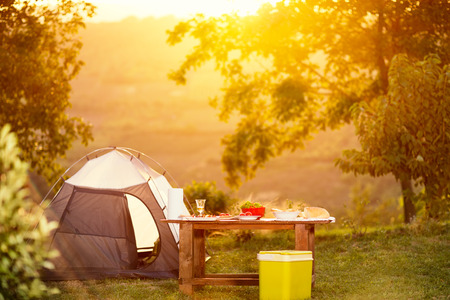 Tavolo da campeggio in vacanza Archivio Fotografico - 73427245
