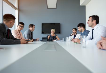 Empresarias que tienen discusión sobre la reunión de negocios con colegas Foto de archivo - 73965572