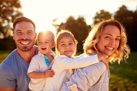 아이들이 밖에서 즐기는 행복 젊은 부모 스톡 콘텐츠 - 73902435