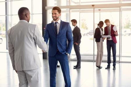 入り口で労働者が黒人男性パートナーと手を振る