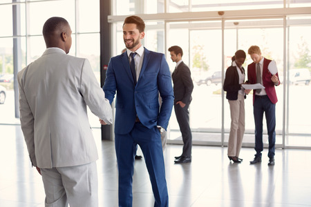 Trabajador en la entrada dan la mano con pareja hombre negro Foto de archivo - 73902450