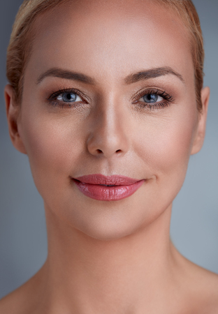 아름 다운 미소 중간 세 여자 스톡 콘텐츠
