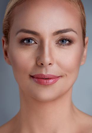 Mooie glimlachende vrouw van middelbare leeftijd Stockfoto