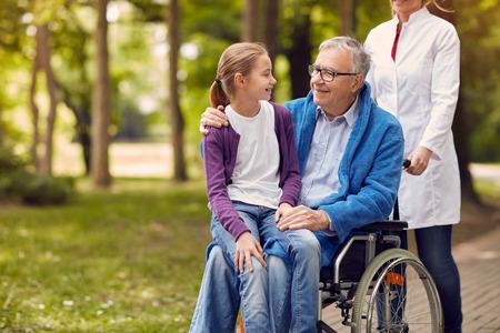 公園で彼の孫娘と車椅子の年配の男性